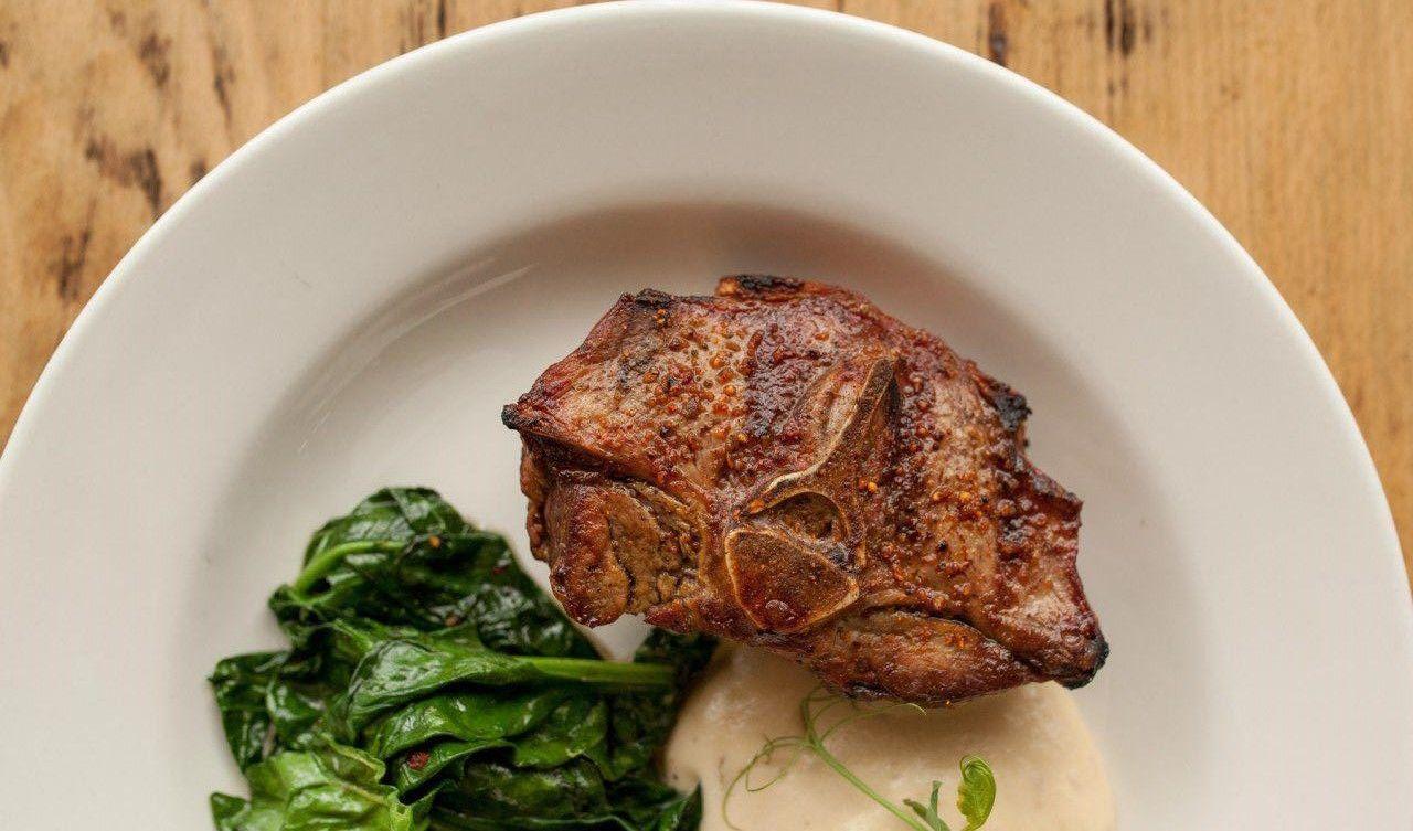 Баранье седло со шпинатом и муссом из жареного картофеля ©Фотография предоставлена заведением
