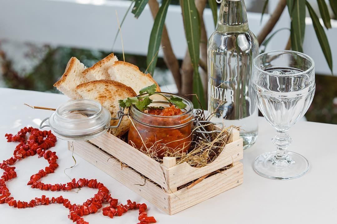 Икра из баклажанов с брускеттой ©Фото со страницы ресторана «Коралловые бусы» в инстаграме www.instagram.com/korallovie_busi