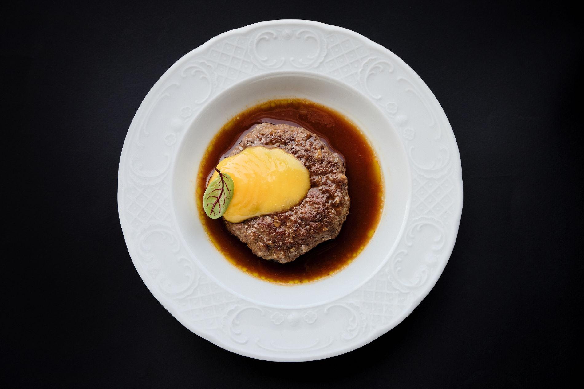 Бифштекс из говядины с гелем из желтка и мясным соусом ©Фотография предоставлена заведением
