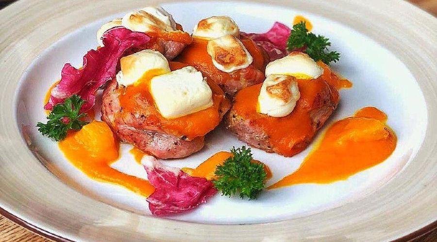 Медальоны из свинины с тыквой и мягким сыром © Фото со страницы ресторана Paulaner в инстаграме www.instagram.com/paulaner_krd