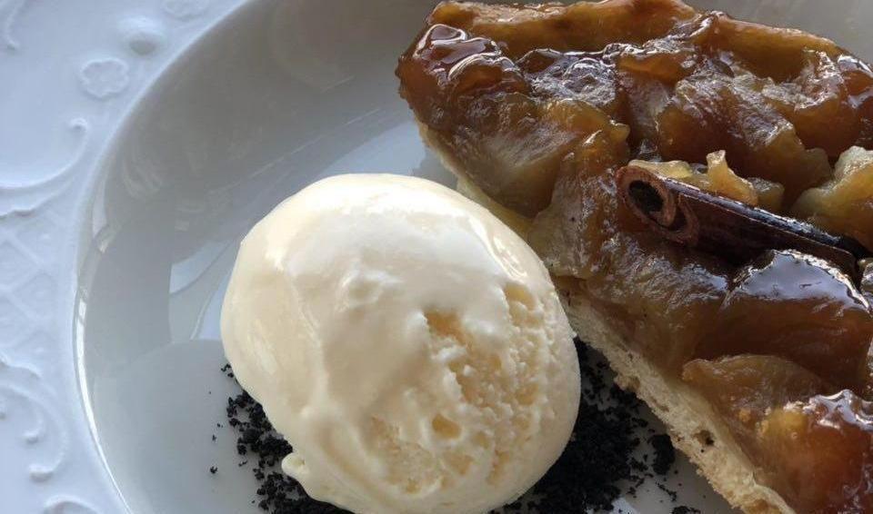 Тарт из кубанских яблок с мороженым из сметаны