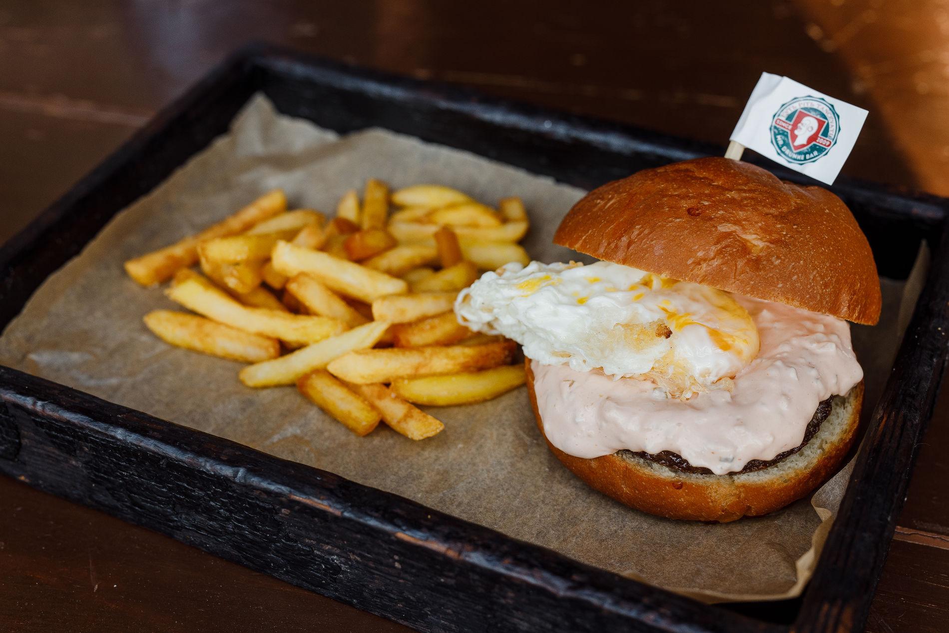 Бургер с котлетой из выдержанной говядины и жареным яйцом пашот ©Фотография предоставлена Mr. Drunke Bar