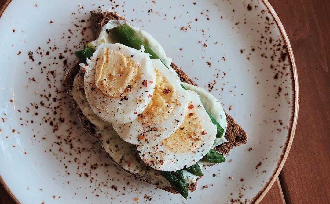 Брускетта с пюре из авокадо, спаржей и яйцом ©Фото со страницы кафе Red Mango в инстаграме www.instagram.com/redmango_krasnodar