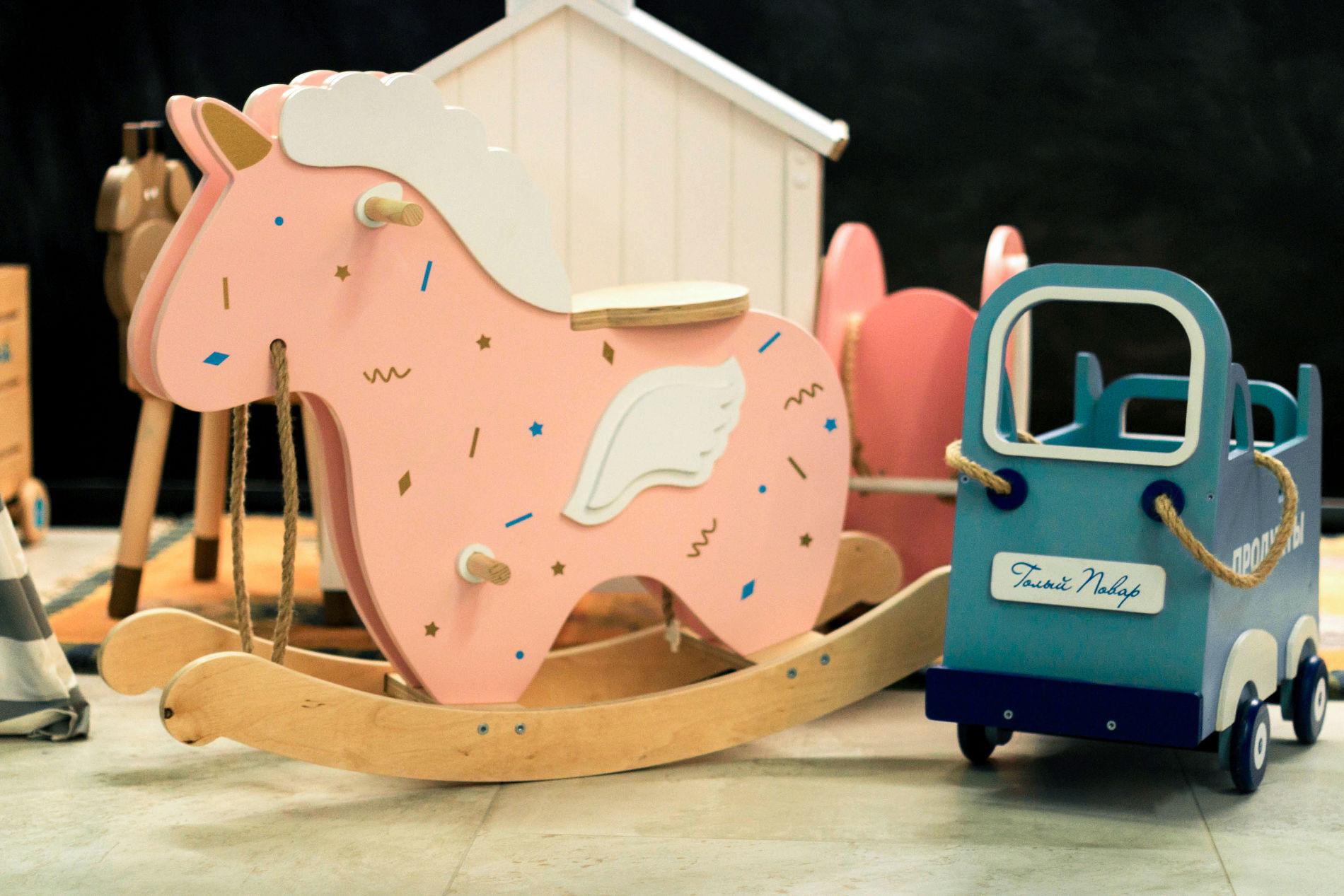 Интерьер, игрушки и все предметы в детской зоне выполнены на заказ из безопасных материалов с гипоаллергенным покрытием ©Фото ресторана «Голый повар»