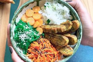 Чука боул с нутовым омлетом © Фото со страницы кафе Bali Yummy в инстаграме www.instagram.com/baliyummycafe