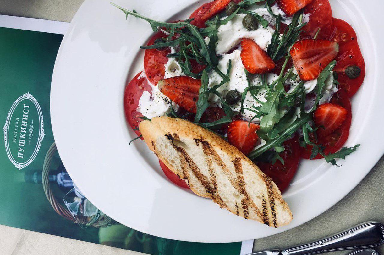 Салат с томатам, свежей зеленью, клубникой и сыром страчателла