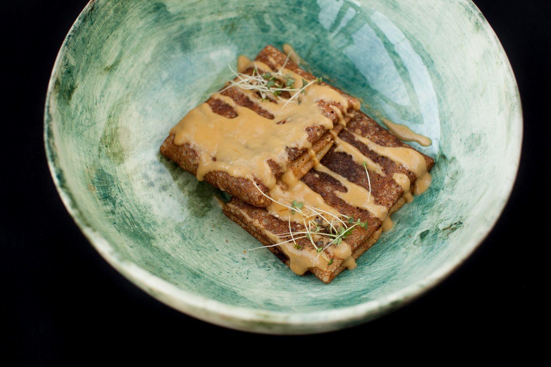 Блины с говядиной, белыми грибами и персиковым соусом в ресторане «Скотина» ©Фото предоставлено рестораном