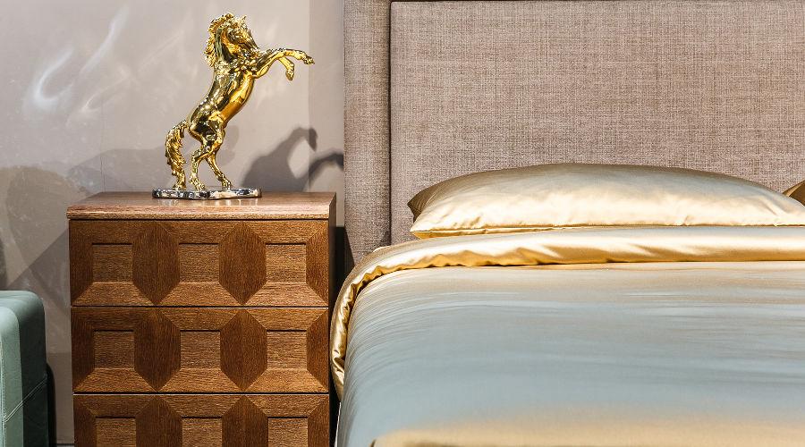 Кровать Estetica Sleepeesleepp, коллекция «Континенталь», тумба Estetica, коллекция «Тиффани» (Россия), статуэтка Ahura (Италия) © Фото Михаила Чекалова, Юга.ру