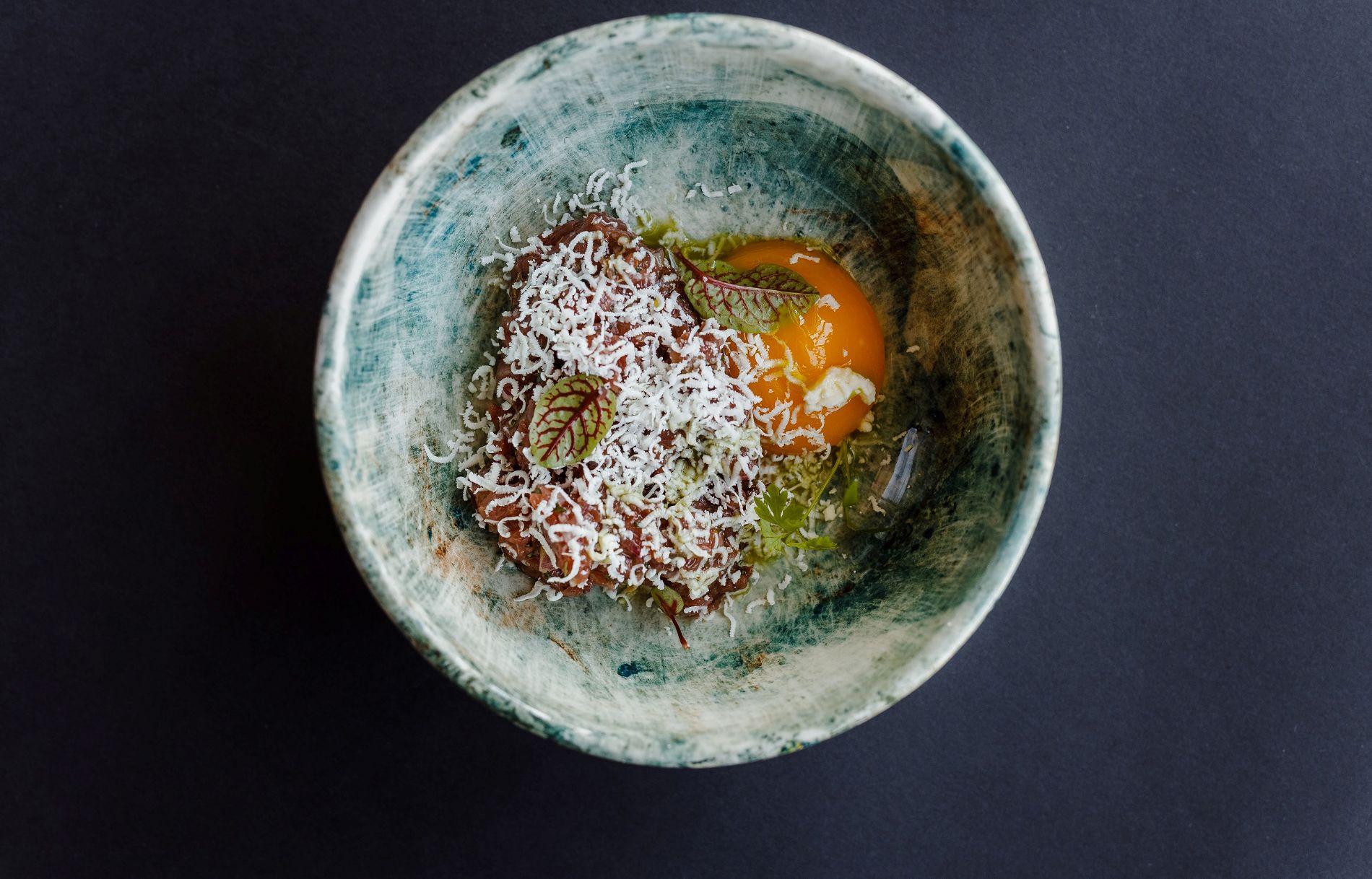 Тартар из баранины с овечьим сыром и гелем из желтка ©Фотография предоставлена заведением