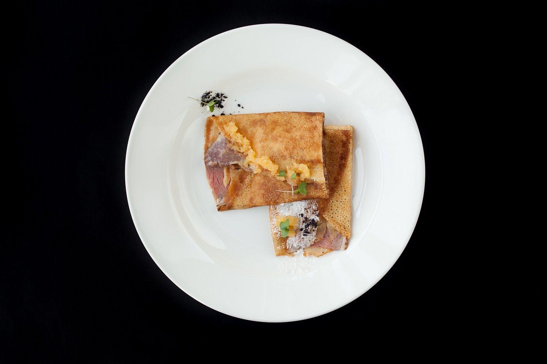 Блины с пастрами и щучьей икрой в ресторане «Скотина» ©Фото предоставлено рестораном