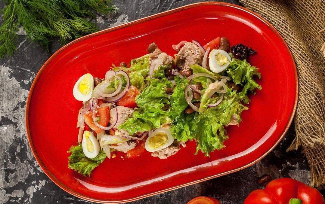 Салат с тунцом и свежими овощами ©Фото со страницы ресторана «Хачапури» в инстаграме, www.instagram.com/hachapuri_krasnodar