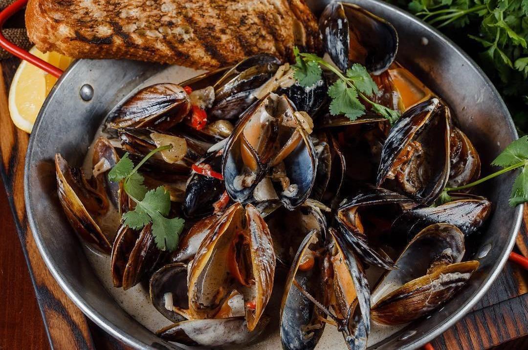 Мидии в сливочном соусе с черным трюфелем ©Фото со страницы Madyar Grill&Bar в инстаграме, www.instagram.com/madyargrillbar