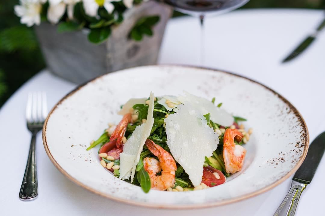 Салат с рукколой, креветками и авокадо ©Фото со страницы Fratelli в инстаграме www.instagram.com/fratelli_rest