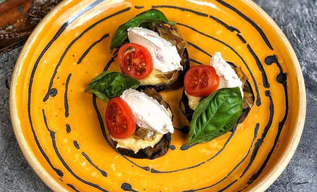 Обжаренные кусочки баклажана ©Фото со страницы кафе Bali Yummy в инстаграме, www.instagram.com/baliyummycafe