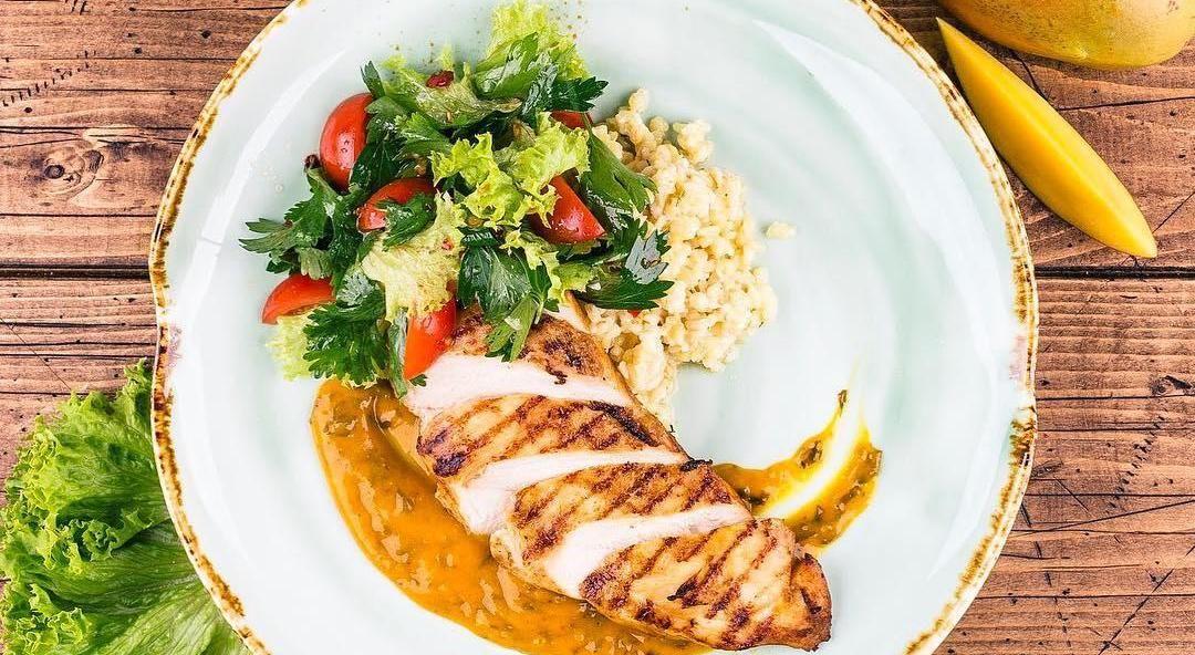 Курица под горчично-медовым соусом ©Фото со страницы кафе «МэниПельмени» в инстаграме www.instagram.com/manypelmeni