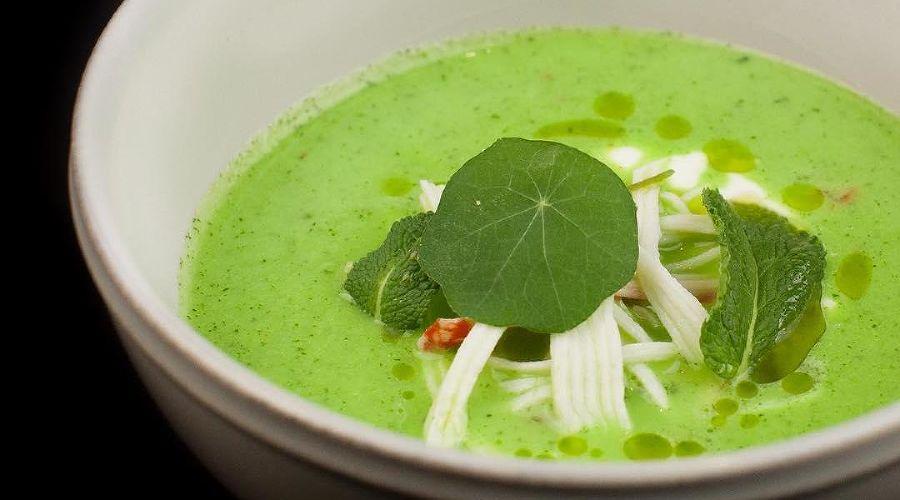 Холодный суп из огурца с мятой и йогуртом © Фото со страницы заведения в инстаграме www.instagram.com/bikinipizza