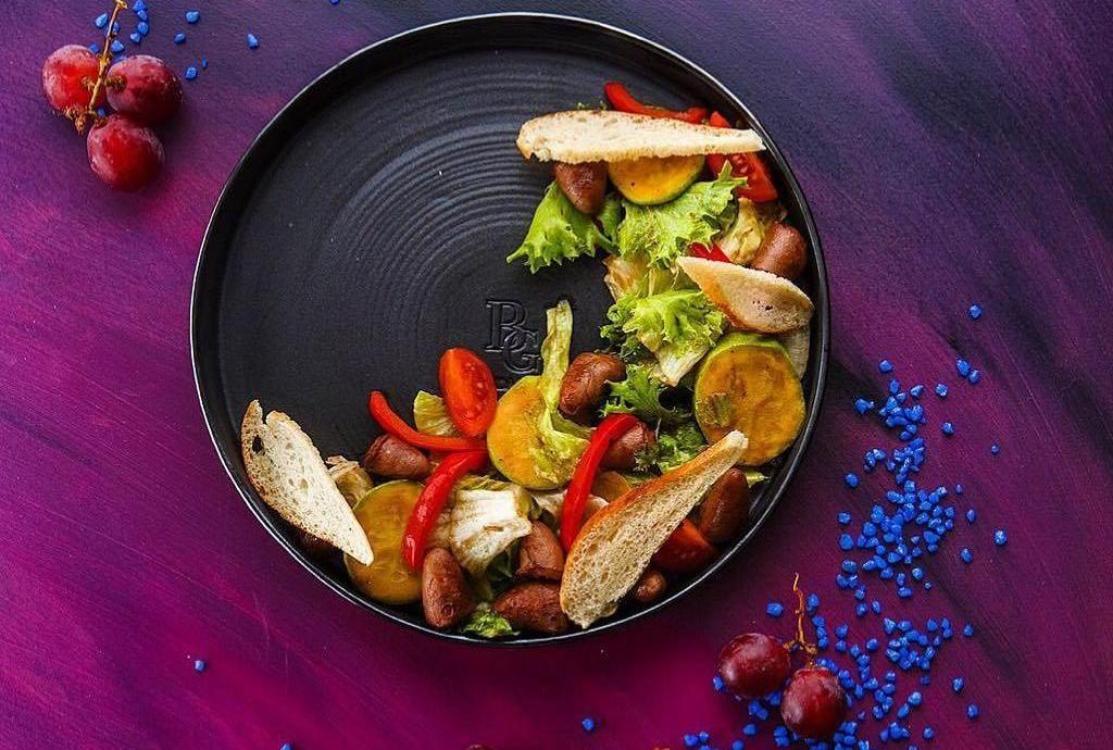 Салат с куриными сердечками и овощами ©Фото со страницы ресторана «Бородашвили» в инстаграме, www.instagram.com/borodashvilirest