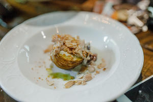 Жареный картофель с молоками сазана и жареным миндалем ©Фотография предоставлена рестораном «Скотина»
