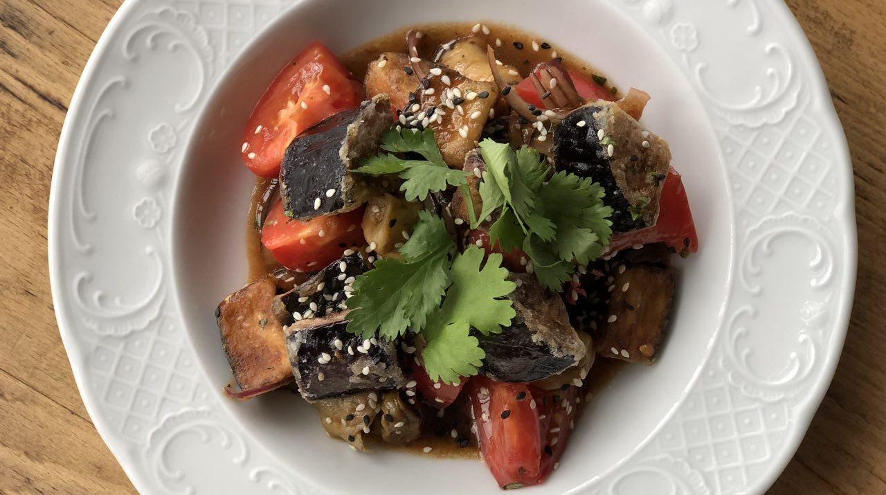 Черноморские рапаны с баклажанами и розовыми томатами