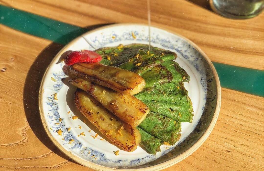 Зеленые блинчики по-балийски с жаренным бананом ©Фото со страницы кафе Bali Yummy в инстаграме www.instagram.com/baliyummycafe