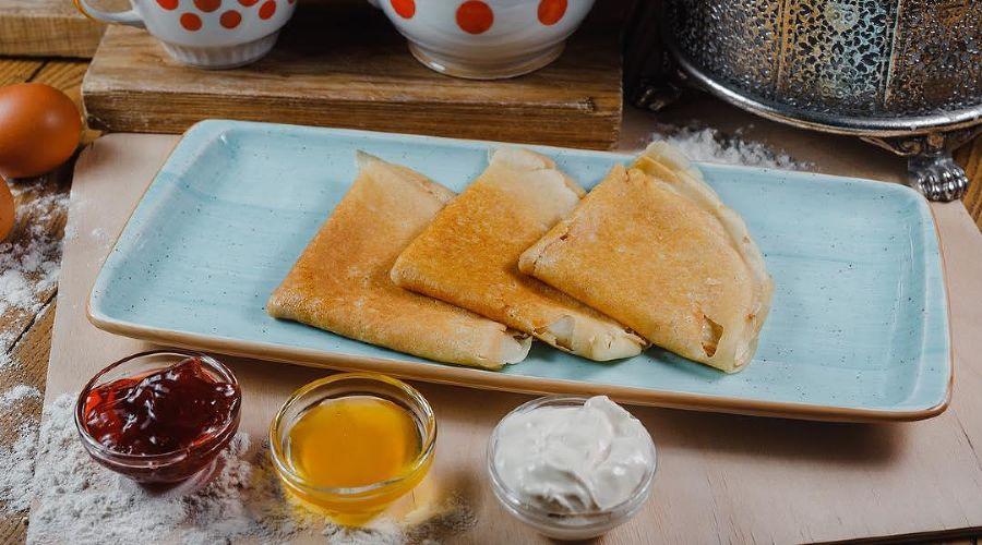 Блины с медом, сметаной и клубничным вареньем © Фото со страницы ресторана «Веники-Вареники» в инстаграме