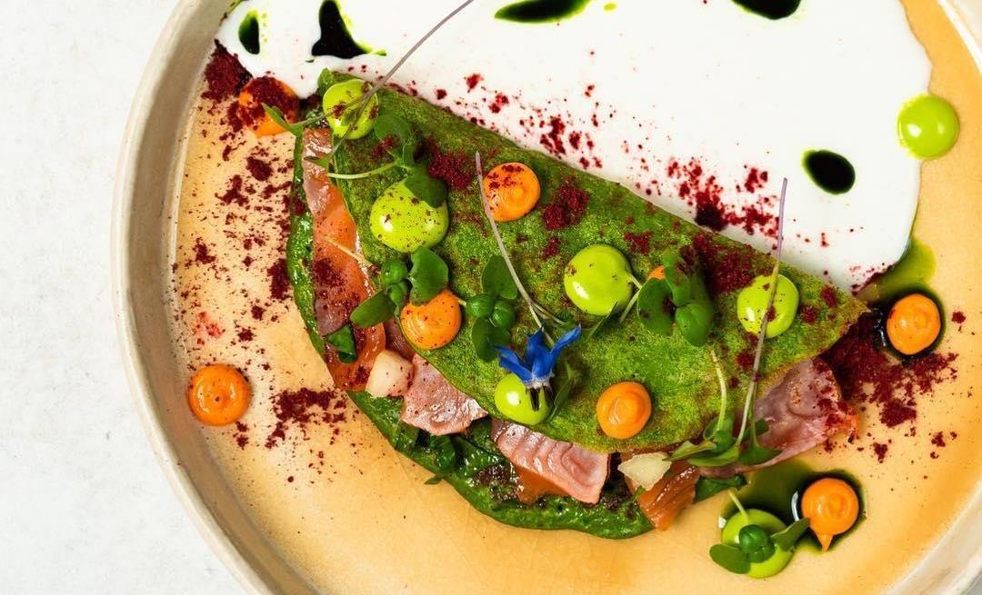Оладьи из шпината и кабачков со слабосоленым лососем ©Фото со страницы ресторана «Чо-Чо» в инстаграме, www.instagram.com/chochorest