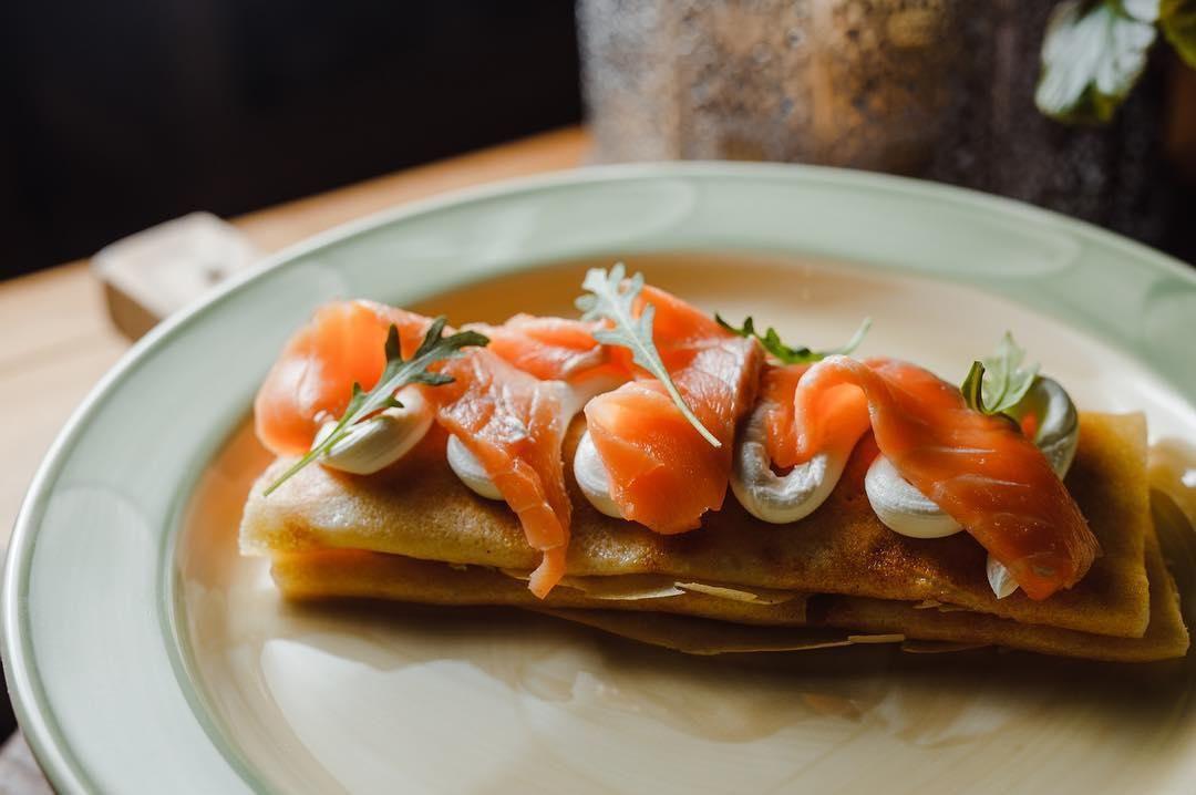 Блины с семгой и творожным сыром ©Фото со страницы ресторана «Веники-Вареники» в инстаграме