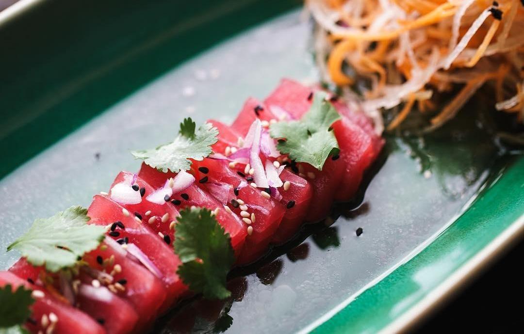 Розовый тунец в кунжутном соусе