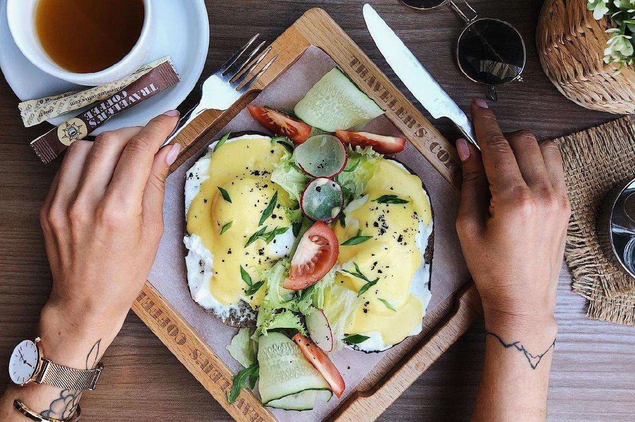 Яйца Бенедикт на ржаной чиабатте со сливочным сыром