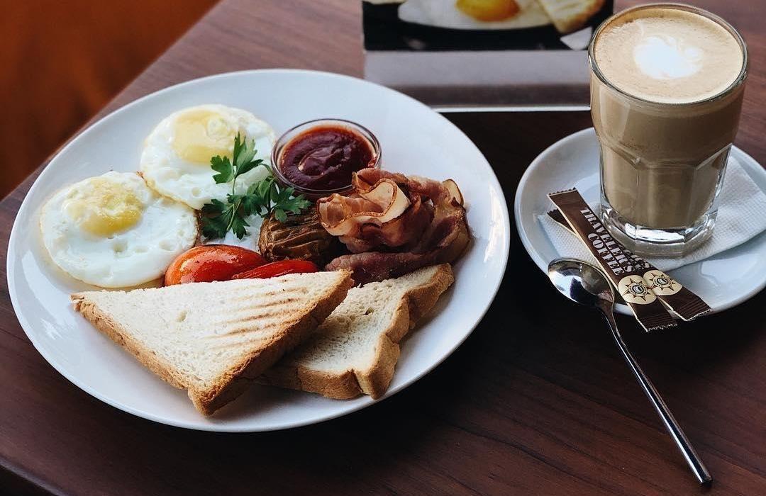 Английский завтрак ©Фото со страницы Traveler's Coffee в инстаграме www.instagram.com/travelerscoffeekrasnodar