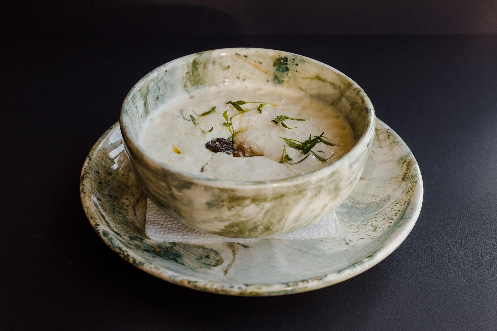 Крем-суп из пастернака с жареными сморчками ©Фотография предоставлена рестораном «Скотина»