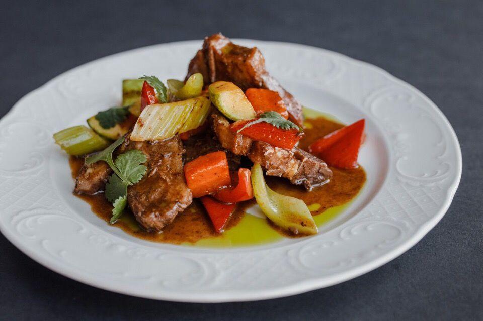 Томленое седло ягненка с овощами в перечной карамели ©Фотография предоставлена рестораном «Скотина»