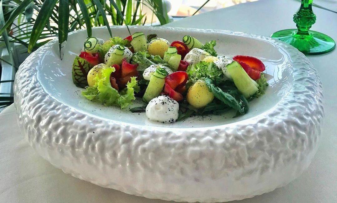 Салат с гравлаксом из семги ©Фото со страницы ресторана «Барин» в инстаграме, www.instagram.com/barinrest