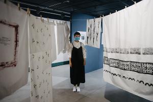 Тамара на выставке «Окрестности» в галерее «Пересветов переулок» (Москва, 2020) © Фото с сайта typography-online.ru