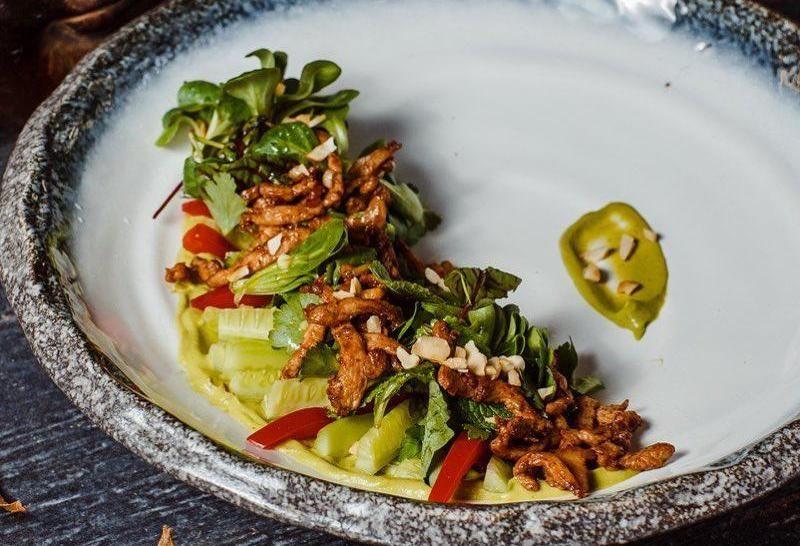Салат с цыпленком тандури, хрустящим огурцом и зеленью
