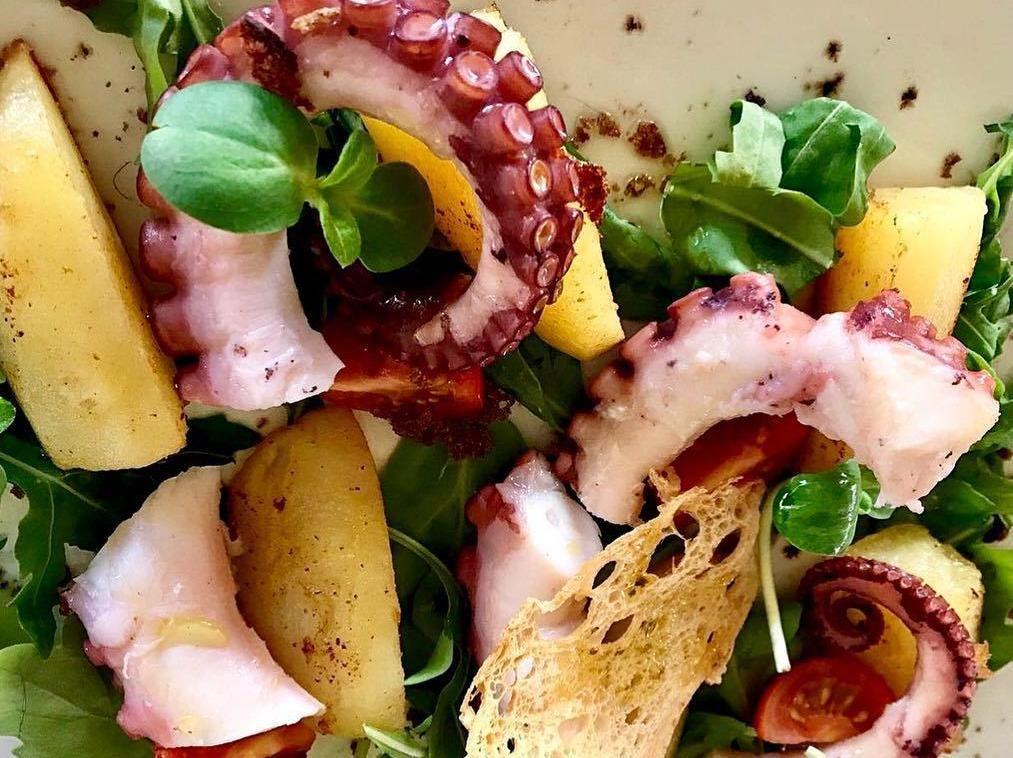 Теплый салат c осьминогом с подрумяненным картофелем