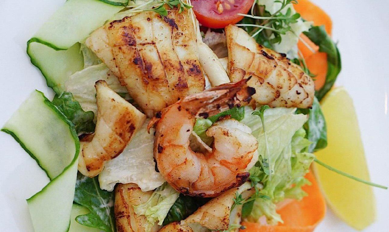Салат под соусом мисо майо ©Фото со страницы бара «Зерно» в интсаграме www.instagram.com/zernobar