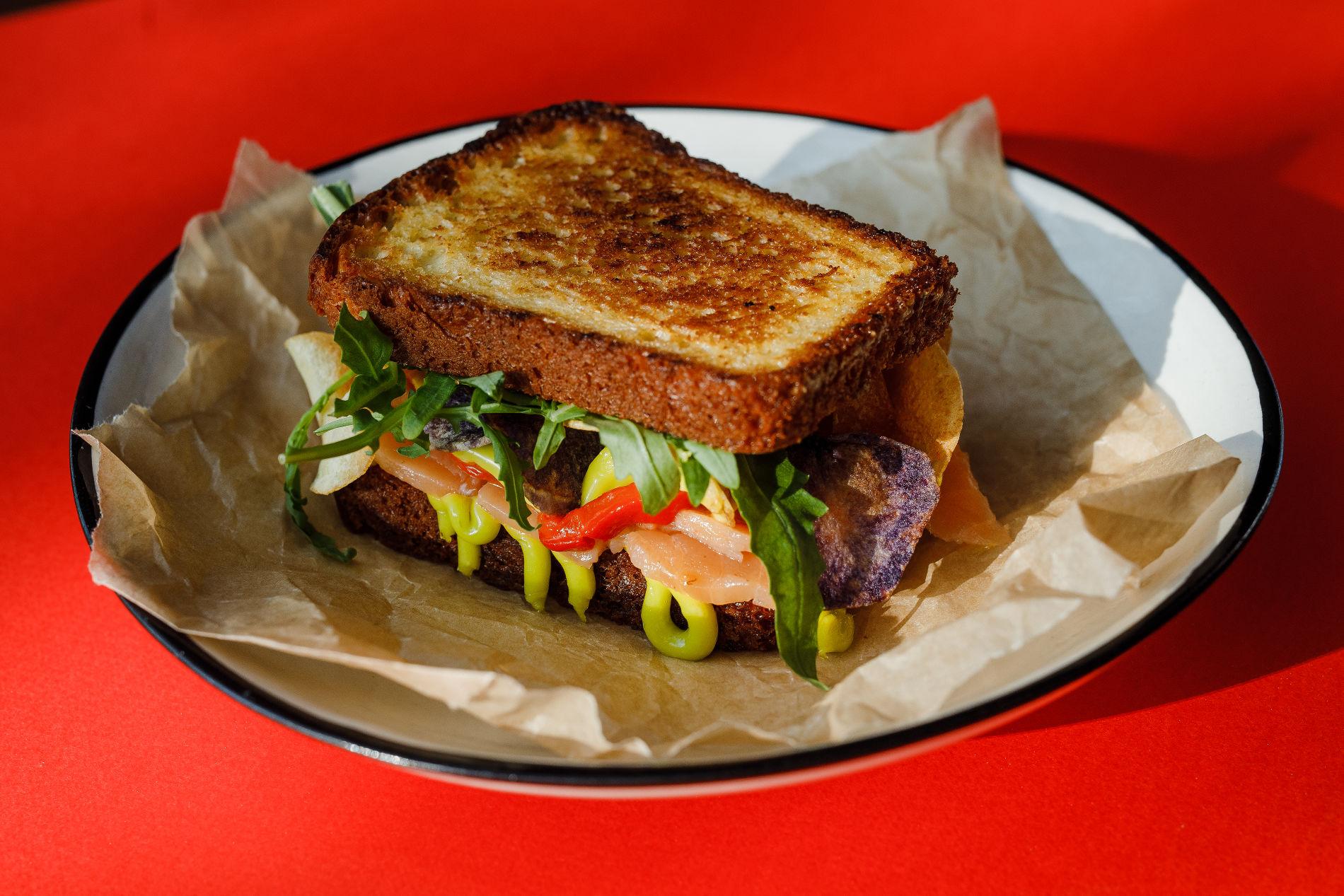 Сэндвич с лососем ©Фотография предоставлена Mr. Drunke Bar