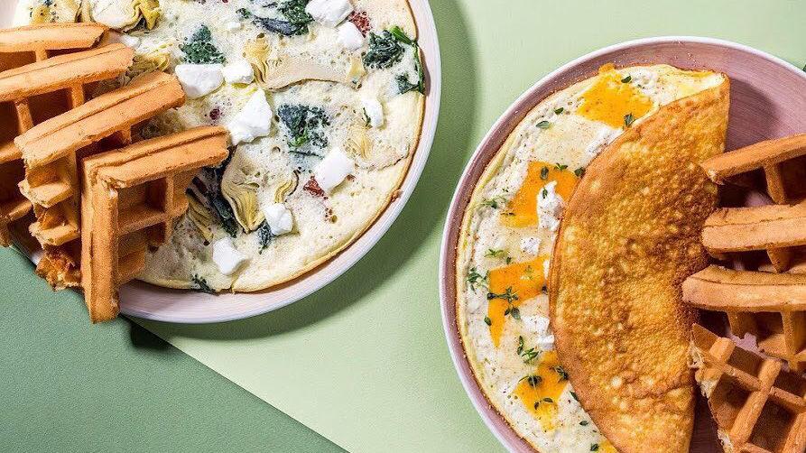 Неаполитанский и швейцарский омлеты ©Фото со страницы кафе «Вафли-вафли» в инстаграме www.instagram.com/vaflivafli