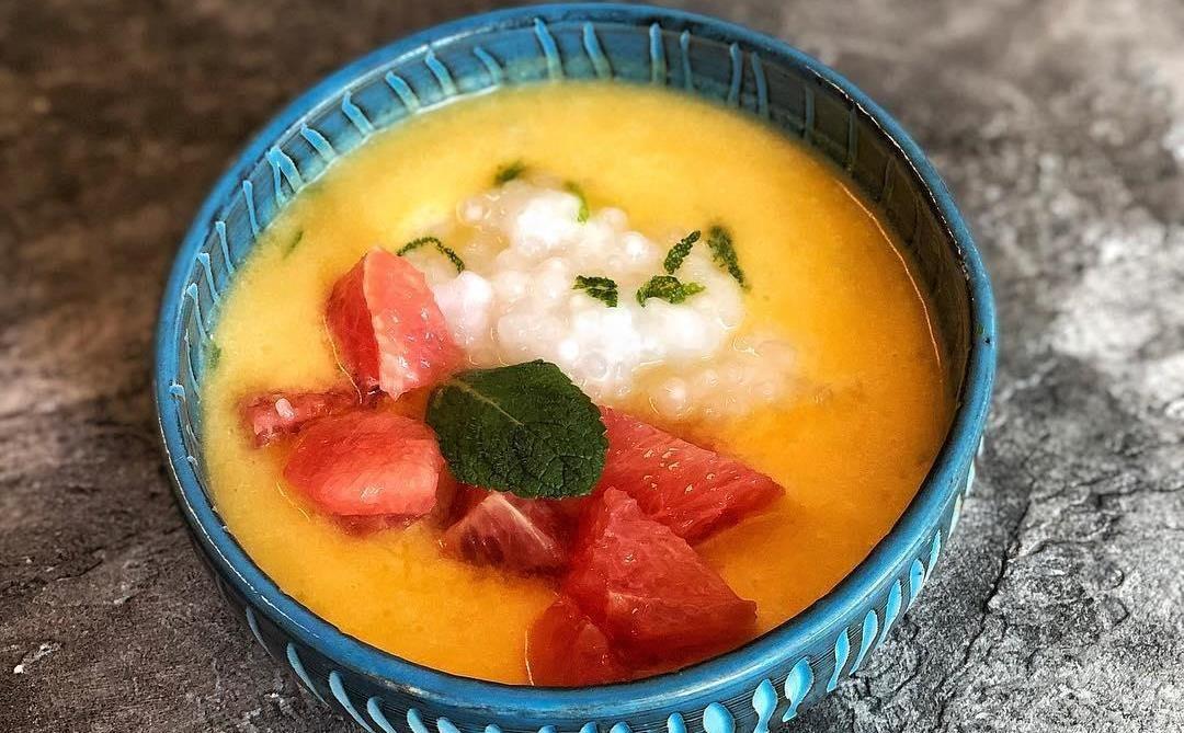 Манговый суп с грейпфрутом и тапиокой ©Фото со страницы кафе Bali Yummy в инстаграме, www.instagram.com/baliyummycafe
