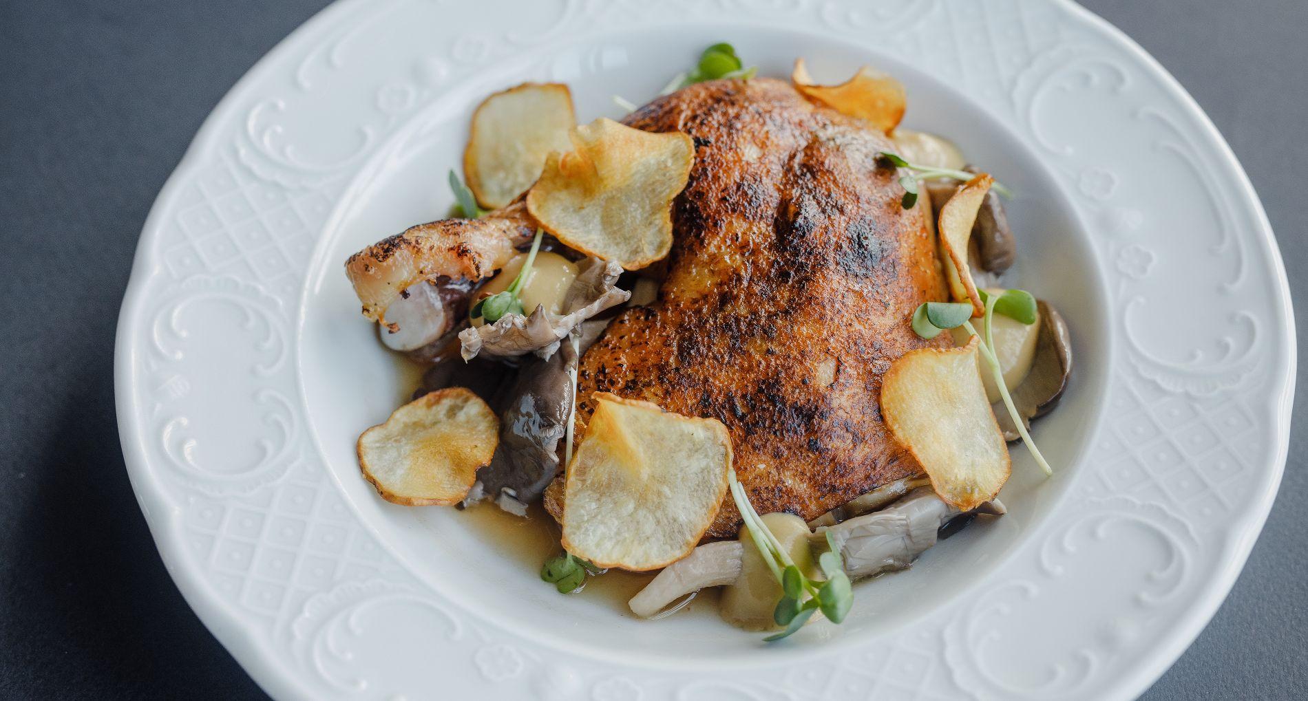 Курица с консоме и соусом из белых грибов ©Фотография предоставлена заведением