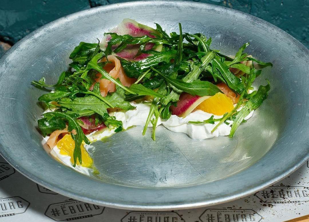 Салат со слабосоленой семгой, апельсином и сырным муссом