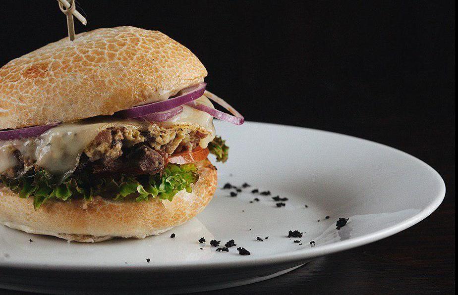 Бургер с куриным попкорном ©Фото со страницы кафе-бара «Зерно» в инстаграме www.instagram.com/zernobar