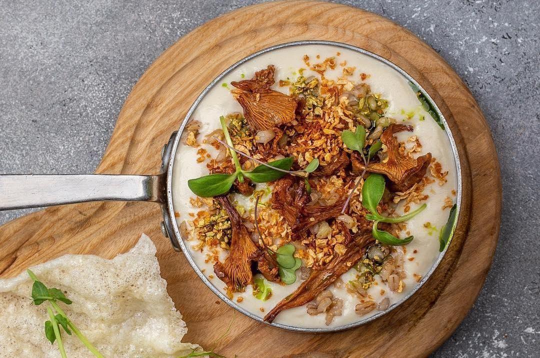 Суп из топинамбура с весенними грибами ©Фото со страницы ресторана «Чо-Чо» в инстаграме, www.instagram.com/chochorest