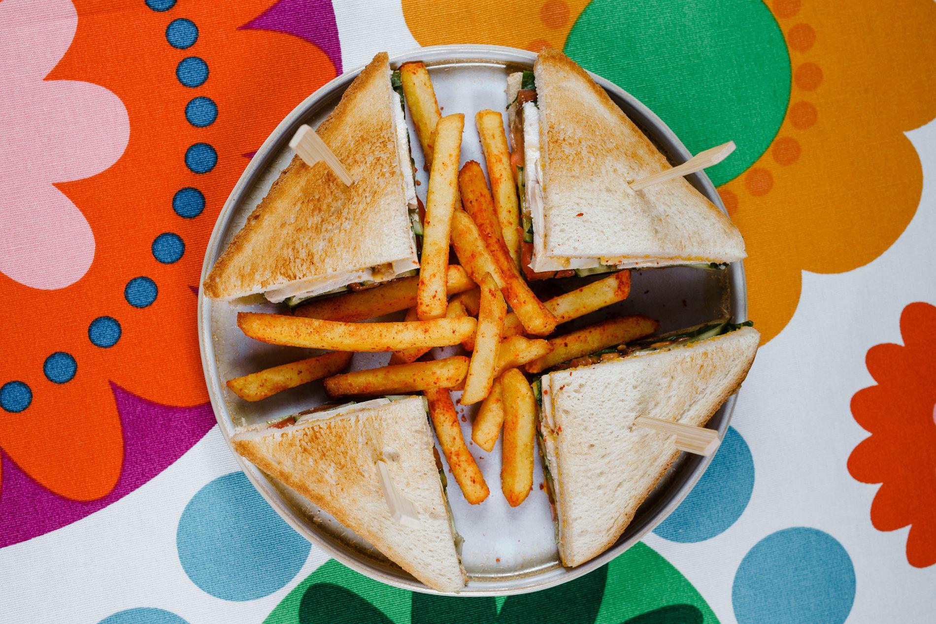 Сэндвич с индейкой, овощами и картофелем фри ©Фотография предоставлена рестораном «Пиноккио Djan»