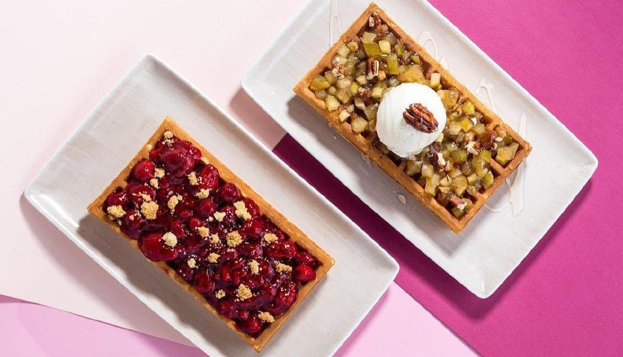Вафли: рубиновый крамбл и янтарное карамелизованное яблоко с орехом пекан ©Фото со страницы кафе «Вафливафли» в инстаграме www.instagram.com/vaflivafli