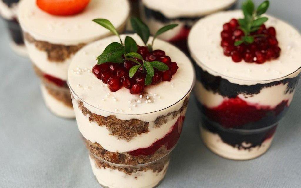 Десерты — шоколадный с вишней и «Колибри» с малиной