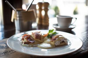 Яйца Бенедикт с ветчиной, беконом и голландским соусом © Фото Елены Синеок, Юга.ру