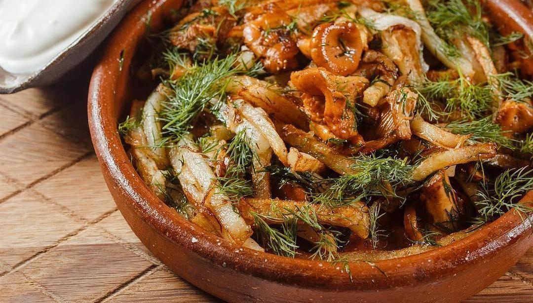 Жареный картофель с лисичками ©Фото со страницы ресторана Merci Баку в инстаграме www.instagram.com/merci_baku_krasnodar