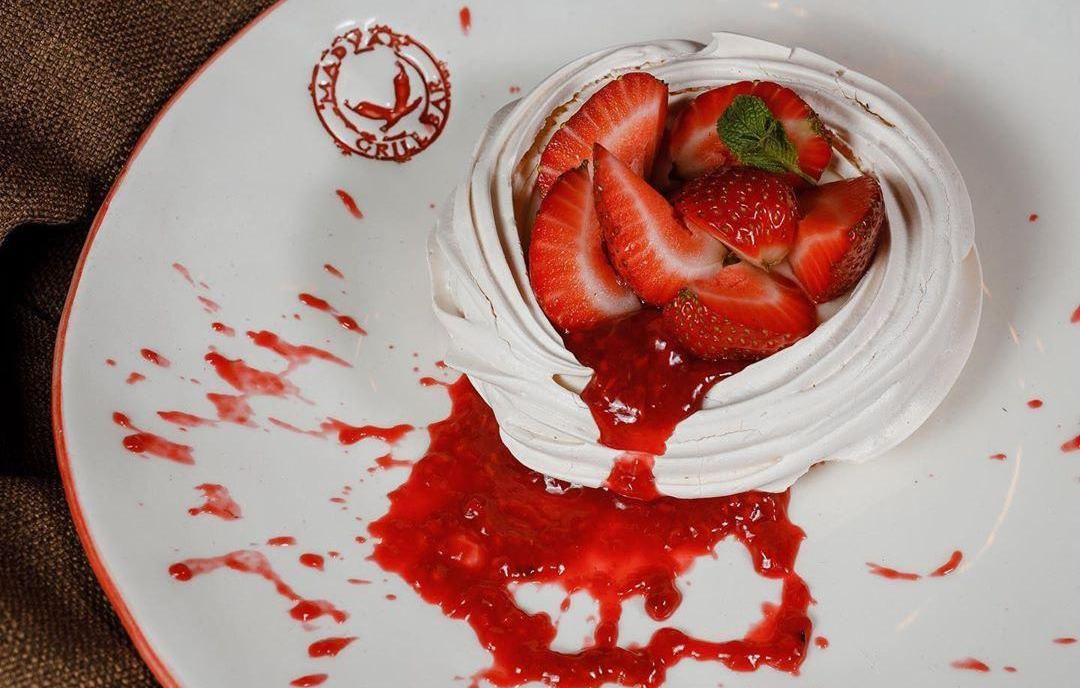 Десерт «Павлова» с клубникой ©Фото со страницы Madyar Grill&Bar в инстаграме, www.instagram.com/madyargrillbar